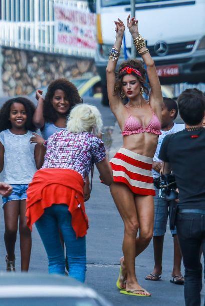 Alessandra Ambrosio hizo vibrar las favelas de Brasil con su cuerpazo.