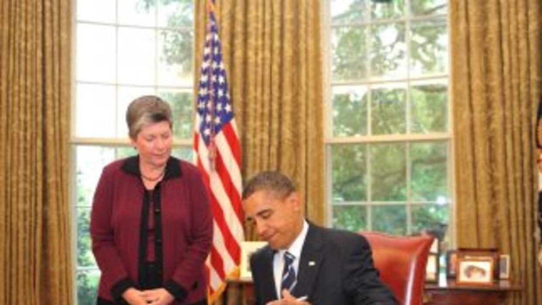 El Presidente de Estados Unidos, Barack Obama, firma la ley que incremen...