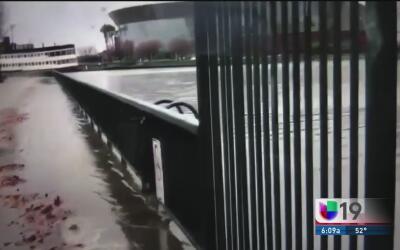 Residentes de Stockton vigilan nivel de agua de ríos ante posibles inund...