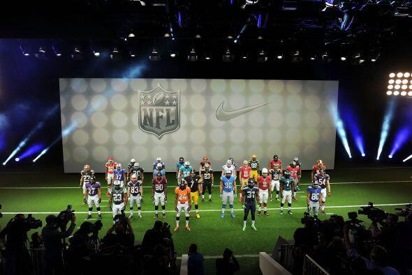 Jugadores representativos de cada equipo salieron a mostrar los nuevos j...