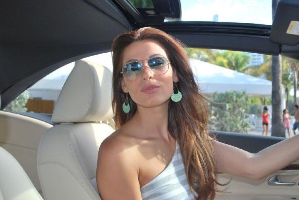 Detrás del volante ella lució espectacular.