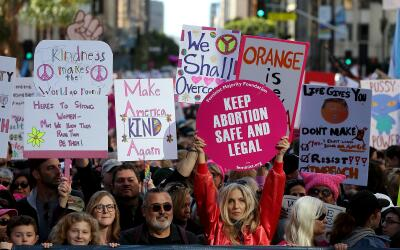 """""""Mantengan al aborto seguro y legal"""", se lee en esta pancarta..."""