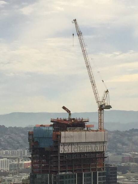 Riesgo de desprendimiento de una losa en una construcción provoca la eva...