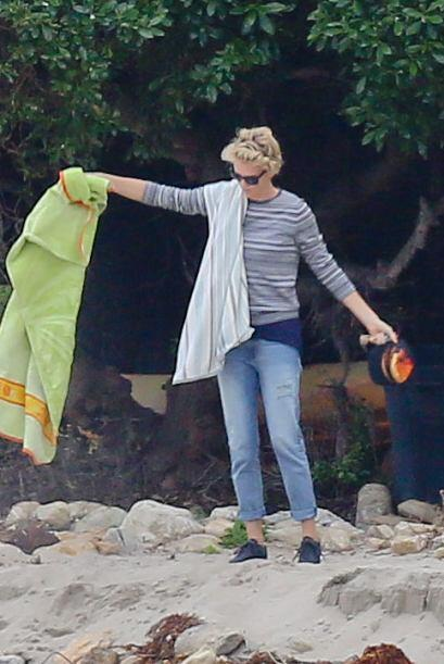 Charlize recogiendo las cosas antes de irse. Mira aquí los videos más ch...