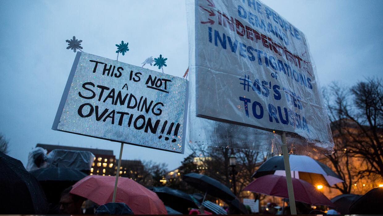 Cientos de personas protestaron afuera del Congreso, hasta con ollas y c...
