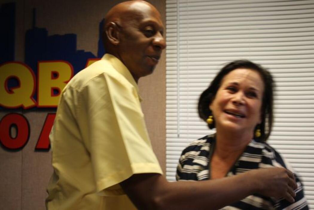 Fariñas abraza a Bernadette Pardo, en su recorrido por las emisoras de U...