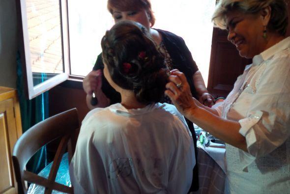 Ana Patricia en plena sesión de maquillaje por Elizabeth Leiva.