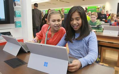 Microsoft y Apple promueven la programación de computadoras en Ho...