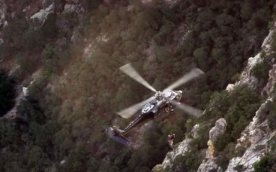 Autoridades rescatan a inmigrante en un acantilado al oeste del desierto...