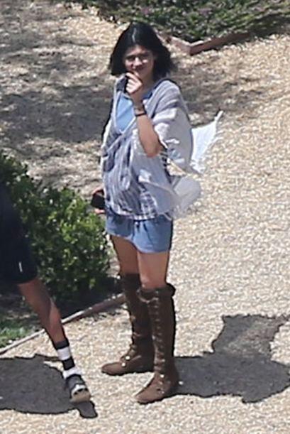 Kylie Jenner muy sencillita con shorts y top.  Más videos de Chismes aquí.