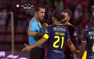 Tarjeta amarilla. El árbitro amonesta a Nelson Ricardo Cerqueira Rodrigu...