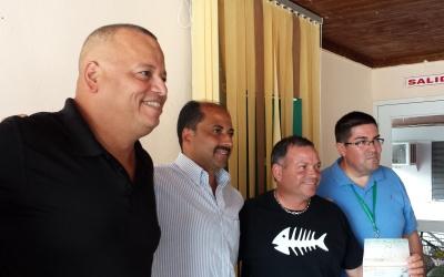El momento de la entrega del donativo a pescadores de Playa de Ponce.
