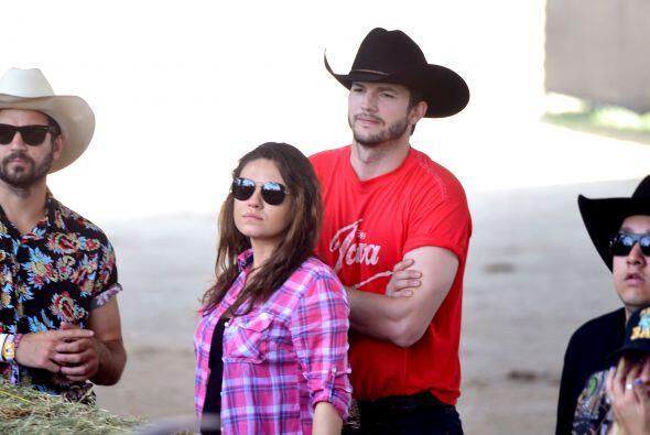 Mila y Ashton disfrutaron del festival de música country Stagecoach.  Mi...