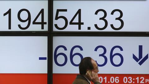 Pizarra con indicadores de la bolsa de Tokio