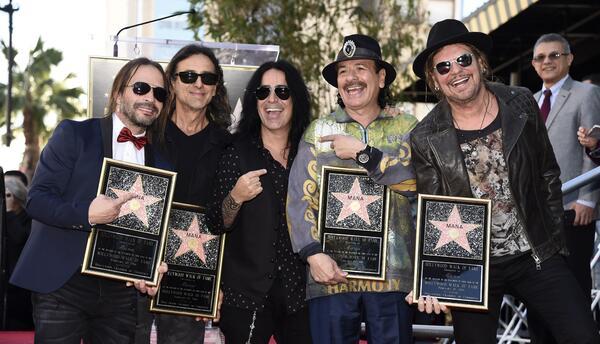 El guitarrista Carlos Santana, segundo de la derecha, posa con los integ...