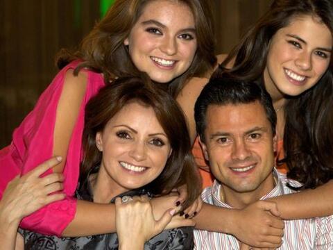 El gobernador del Estado de México, Enrique Peña Nieto, co...