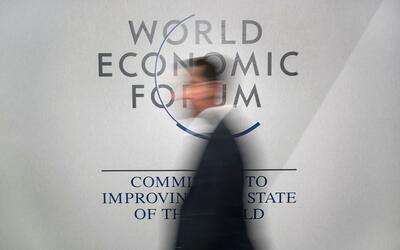 Un participante en el Foro Económico Mundial en Davos, Suiza, se...