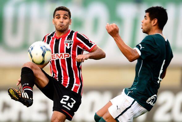 Douglas  Sao Paulo   El lateral derecho del conjunto brasileño está muy...