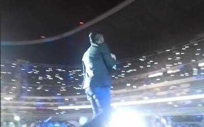 Este video de Espinoza Paz cayendo del escenario te hará reír a carcajadas