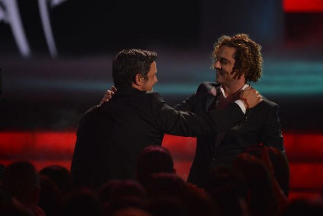 Más tarde, Alejandro Sanz ganaría un Premio Lo Nuestro y lo dedicó a sus...