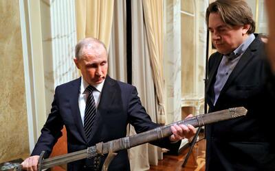 Vladimir Putin desenfundado una espada durante un encuentro con los acto...