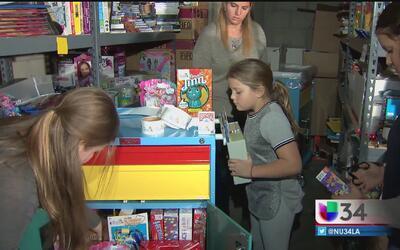 Familia latina regala alegría a niños en hospitales