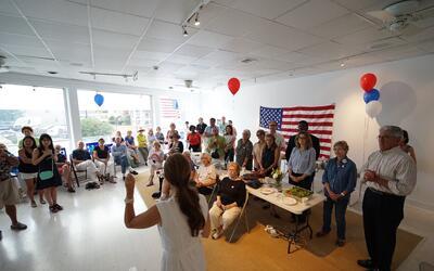 La candidata demócrata al Congreso por Nueva York Anna Throne-Holst (de...
