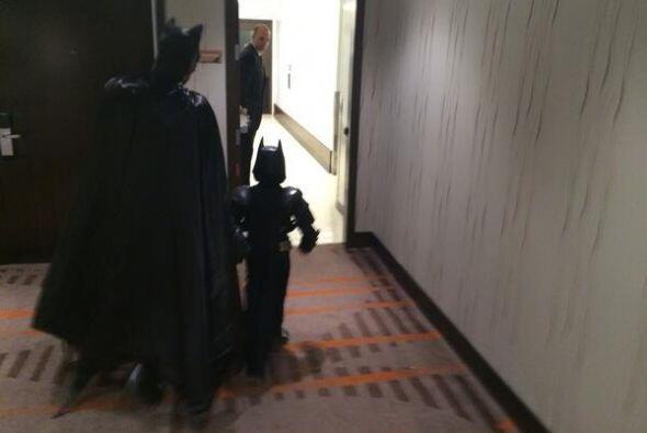 Y por tan heroica jornada, el alcalde y el jefe de policía le dar...