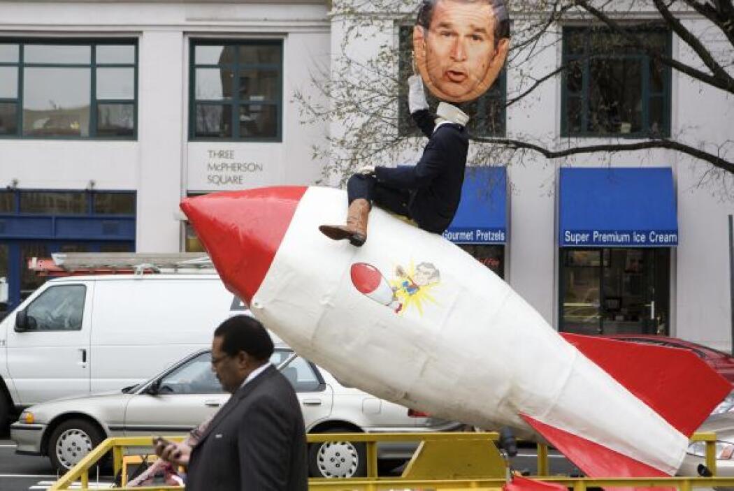 22. Crecen las críticas a Bush  El ex presidente George W. Bush se enfre...