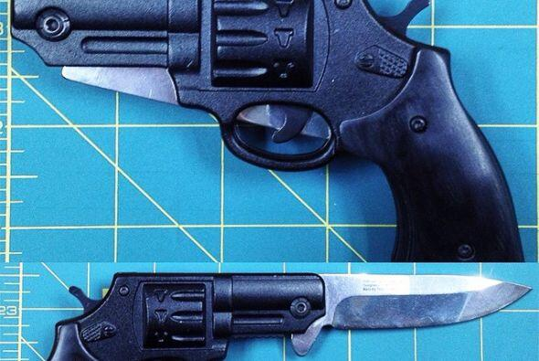 Esta arma es definitivamente de doble filo y está prohibida por el TSA....
