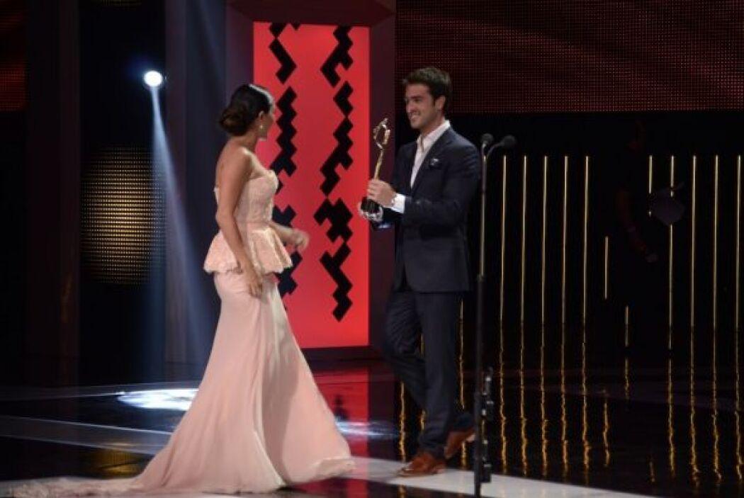 Para recibirlo, Karla Martínez subió al escenario.
