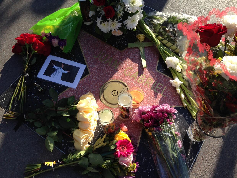Luto en la estrella de Juan Gabriel en el Paseo de la Fama de Hollywood