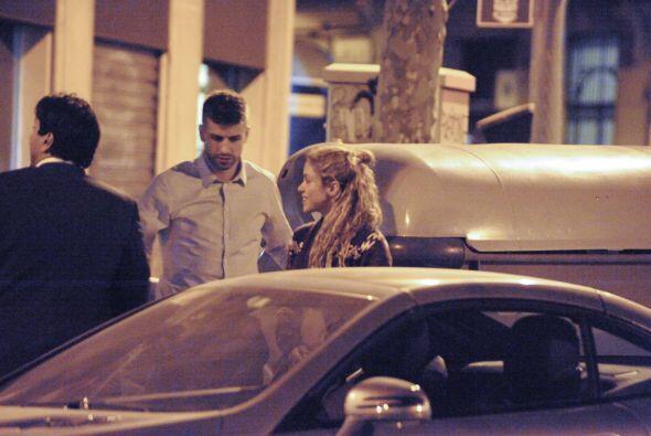 El futbolista le abrió la puerta de su automóvil para que ella pudiera s...