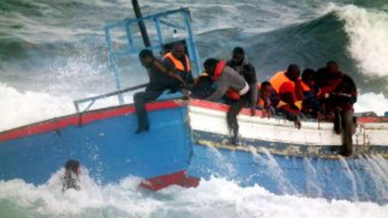 Una de las personas rescatadas afirmó que en la patera viajaban 70 perso...
