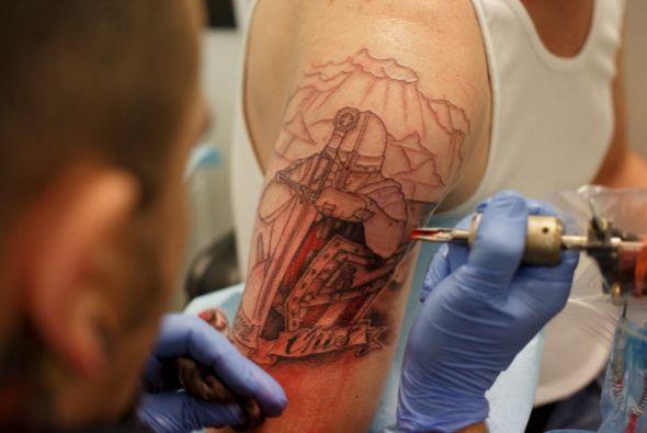 Los que aprovechan para llevarse un recuerdo tatuado.