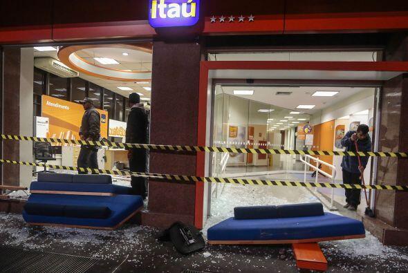 El grupo, que atacó también un vehículo de la caden...