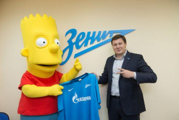 Tras firmar su contrato, posó con la playera del Zenit,