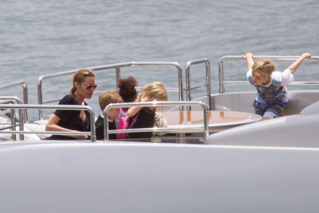La pareja y sus seis hijos se fueron a pasear por las costas de Australi...