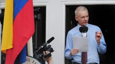 Assange en una de las ventanas de la embajada de Ecuador en Londres. (Im...