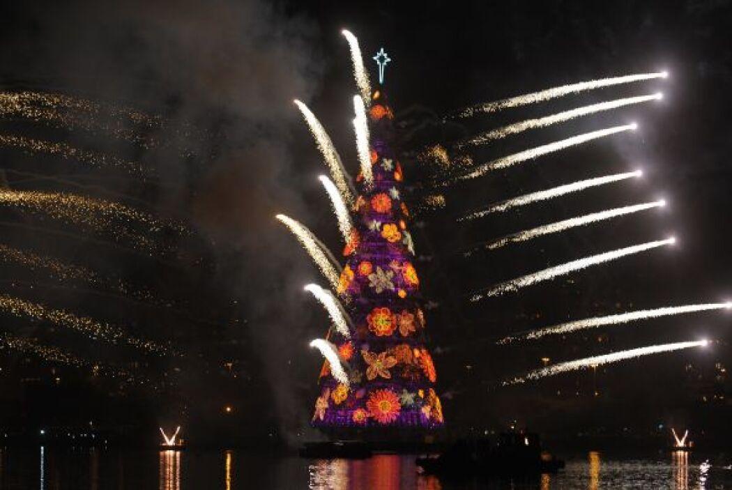 El árbol flotante de Navidad más grande del mundo se iluminó en la Lagun...