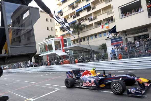 El piloto australiano de la Red Bull cruzó la meta en primer luga...