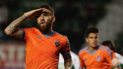 El defensor argentino colaboró con un gol en la paliza valenciana al Elche.