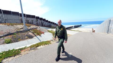 Un agente fronterizo descubrió los cuerpos flotando en el mar.