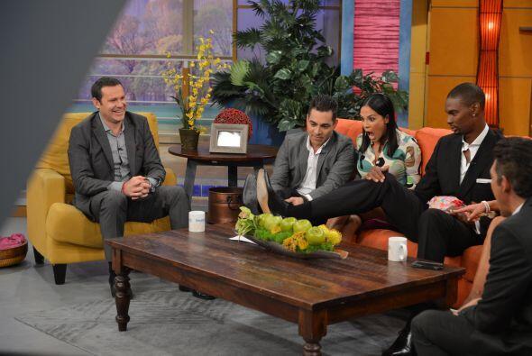 Karla no pudo ocultar su sorpresa al ver el zapato gigante de Chris Bosh...