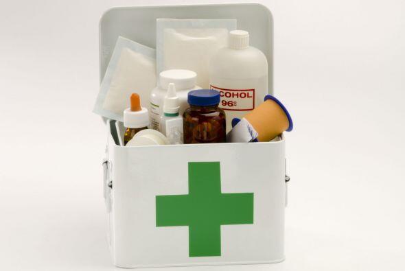 Revisa el botiquín de primeros auxilios con regularidad. Al menos...