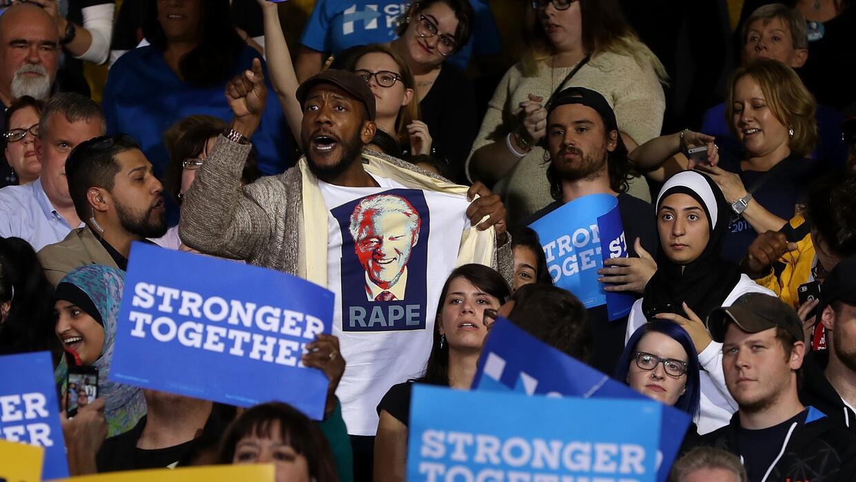Hombre con camisa insultando a Bill Clinton es expulsado del evento de H...
