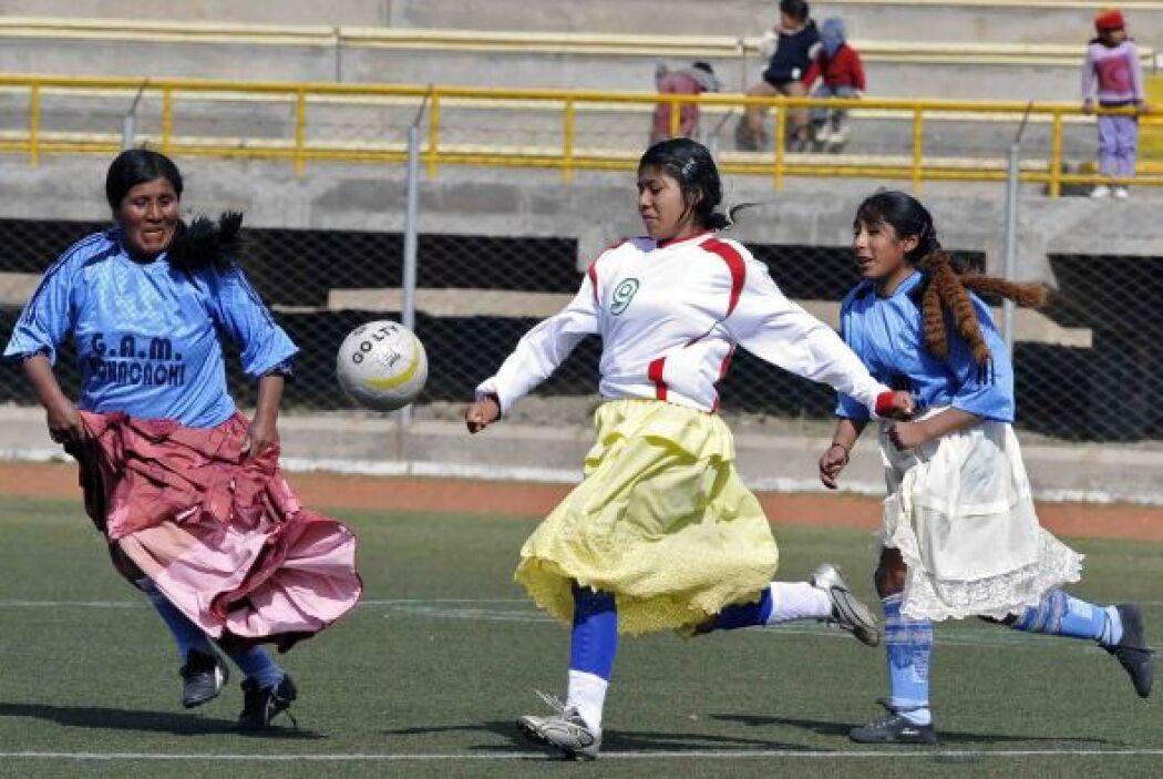 En el campo lucían las jugadas con sus coloridad faldas.