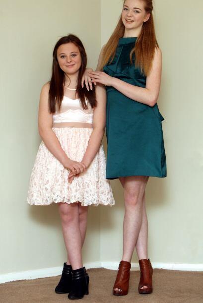 Esta chica de Newcastle, Reino Unido es muy alta y sigue creciendo.