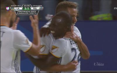 Emmanuel Boateng definió a segundo poste para poner el 3-1 en favor del...