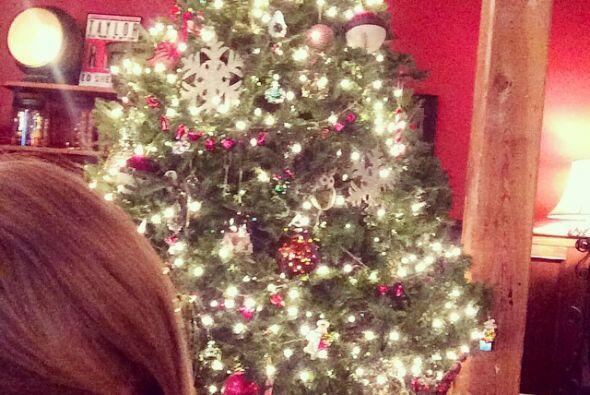 Taylor Swift también mostró su espíritu navideño con una foto del árbol...